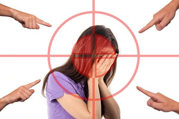 kvinna som blir utpekad - Drömtydning pinsamhet