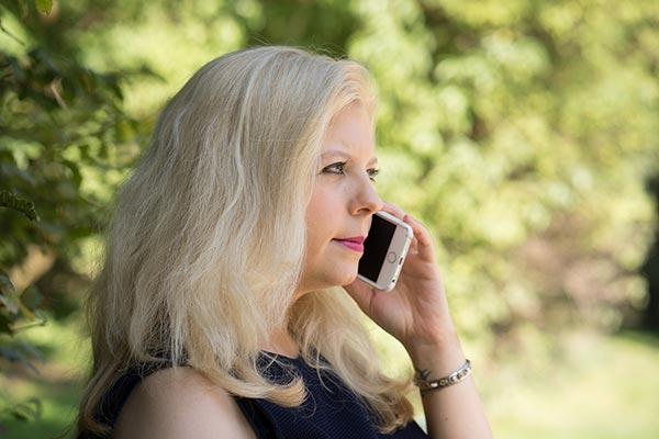 woman and telephone Manifestera kärlek
