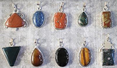 olika hängen med stenar Köpa Kristaller
