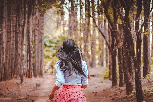 kvinna på skogsväg - Drömtydning jagad