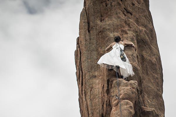 kvinna klättrar i berg - drömtydning klättrar