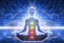 sittande peson med ljus omkring Vad är chakran